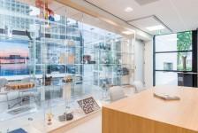 vitrinewand als transparante scheiding bestaande vide en entreehal